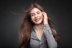 Den förtjusande flickan grinar royaltyfri foto