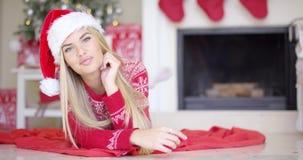 Den förtjusande flickan i jul utrustar att ligga på golvet lager videofilmer