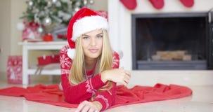 Den förtjusande flickan i jul utrustar att ligga på golvet stock video