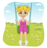 Den förtjusande flickan som har gyckel på en gunga i sommar, parkerar stock illustrationer