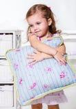 Litet barnflickan med kudder Arkivbilder