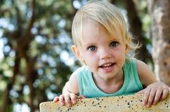 Den förtjusande litet barnflickan som ser höger blir grund in camera, fokusen Arkivfoto