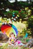 Den förtjusande litet barnflickan som utomhus spelar i grön sommar, parkerar Royaltyfri Fotografi