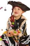 den förtjusande pojkedräkten piratkopierar Arkivfoton