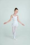 Den förtjusande unga ballerina poserar på kamera Royaltyfri Fotografi