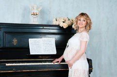 Den förväntansfulla modern i förväntan av födelse av behandla som ett barn Arkivfoto