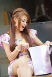 Den förvånada kvinnan som ser i en shopping, hänger lös Royaltyfria Foton