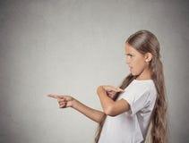 Den förvånade flickan som frågar dig som talar till, betyder mig? peka fingrar Royaltyfria Bilder