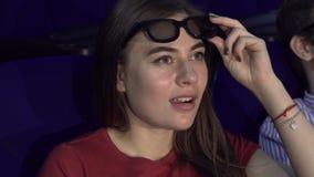 Den förvånade flickan tar exponeringsglas 3D till bättre betraktar av ögonblicket i filmen arkivfoton