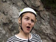 Den förvånade framsidan av en ung flicka är en klättrare Royaltyfri Bild