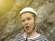 Den förvånade framsidan av en ung flicka är en klättrare Royaltyfria Foton