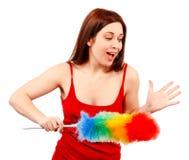 Den förvånade kvinnan i röd skjorta med viftar för husdamm Royaltyfri Fotografi