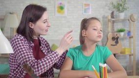 Den förvånade tonåriga flickan sätter på hörapparat för första gången och hör lager videofilmer