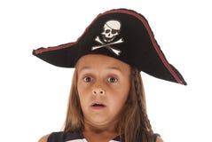 Den förvånade unga flickan i a piratkopierar hatten halloween Royaltyfria Foton
