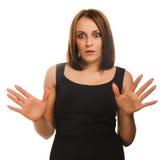 Den förvånade upphetsade brunettkvinnan kastar upp hans Arkivfoton