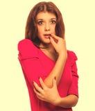 Den förvånade upphetsade härliga brunettkvinnan i rosa färger klär isolaten Royaltyfria Foton