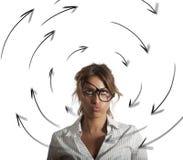 Den förvirrade affärskvinnan har svindel begrepp av spänningen och överansträngningar arkivbilder