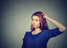 Den förvirrade tänkande kvinnan förbryllade att skrapa den head sökandelösningen Royaltyfri Bild
