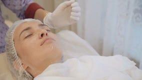 Den föryngra massagen för framsida i skönhetsalongen lager videofilmer