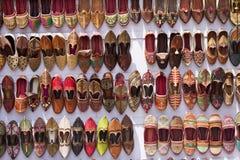 den färgrika försäljningen shoes traditionellt Royaltyfri Foto