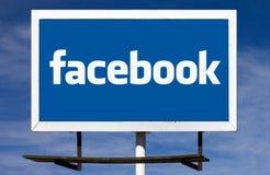 Den Facebook logoaffischtavlan undertecknar fotografering för bildbyråer