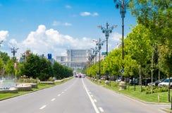 Den fackliga boulevarden och parlamentslotten i Bucharest, Rumänien royaltyfria foton