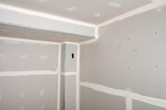 Hemförbättring hus omdanar, drywallen installerar fotografering för bildbyråer