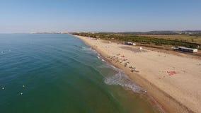 Den Falesia stranden, sikt från himlen bäddar ned för turister i sommaren i Vilamoura lager videofilmer