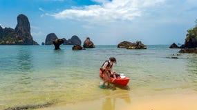 Den familjkayaking, modern och dottern som paddlar i kajak p? den tropiska havskanoten, turnerar n?ra ?ar och att ha rolig aktiv  royaltyfria foton