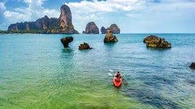 Den familjkayaking, modern och dottern som paddlar i kajak p? den tropiska havskanoten, turnerar n?ra ?ar och att ha rolig aktiv  arkivfoton
