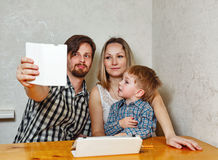 Den familjmodern, fadern och sonen gör selfie Arkivbild