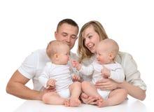 Den familjmodern och fadern med det nyfödda barnet behandla som ett barn ungar arkivfoton