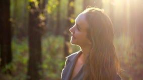 Den fantastiska framsidan för flickan för sidosikten nätta tände vid tillbaka solnedgångstrålar stock video