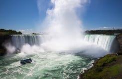 Den fantastiska makten av Niagara Falls från den kanadensiska sidan Royaltyfria Foton