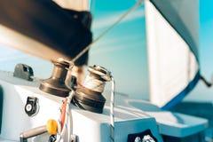 Den fantastiska segelbåten och seglar bakgrund under solljus Arkivfoton