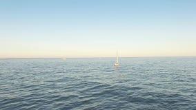 Den fantastiska sikten från surret av seglar yachter som seglar i det öppna havet på blåsig dag lager videofilmer