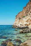 Den fantastiska sikten på Black Sea nära vaggar i varm sommar Semester sommarlopp svart crimea hav royaltyfria foton