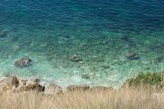 Den fantastiska sikten på Black Sea nära vaggar i varm sommar Semester sommarlopp svart crimea hav fotografering för bildbyråer
