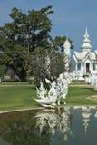 Den fantastiska slotten reflekterade i ett damm Royaltyfri Bild