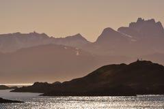Den fantastiska solnedgången på Norge seglar utmed kusten Royaltyfri Foto