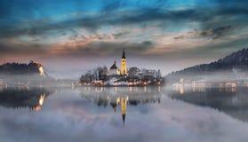 Den fantastiska solnedgången på sjön blödde i vintern, Slovenien fotografering för bildbyråer