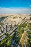 Den fantastiska sommarsikten över parkerar mästare som de fördärvar och skuggan av Eiffeltorn royaltyfri fotografi