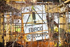 Den farliga byggnadsskylten i italienare sade Royaltyfri Foto