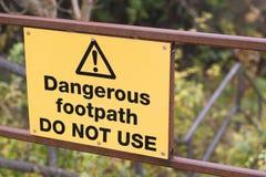 Den farliga vandringsledet använder inte teckenöverkanten av moment i bygd Arkivfoton