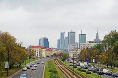 Den fartfyllda vägen passerar till och med Warszawa Royaltyfri Bild