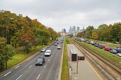 Den fartfyllda vägen passerar till och med Warszawa Arkivfoton