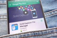 Den fasta utforskareFile Manager appen på Google Play Storewebsiten som visas på smartphonen som döljas i jeans, stoppa i fickan royaltyfri bild