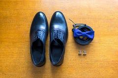 Den fastställda brudgummen Butterfly skor tillbehör för ` s för män för bälteCufflinksklockor royaltyfri bild