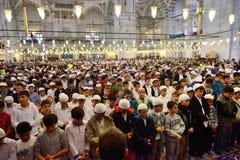 Den Fatih moskéritualen av dyrkan centrerade i bönen, Istanbul, Tur Fotografering för Bildbyråer