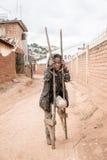 Den fattiga flickan som spelar på vägen Royaltyfri Bild